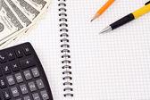 笔、 pensil、 计算器和垫上美元 — 图库照片