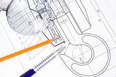 Drafing di gru agganciare con matita e lente d'ingrandimento — Foto Stock