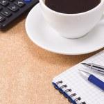 перо, карандаш и чашка кофе на ноутбук — Стоковое фото