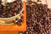 Chicchi di caffè e macinino oro legno — Foto Stock