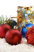 圣诞饰品、 雪和杉木树被隔绝在白色 — 图库照片