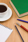 Coffee, book, pen with notebook on table — 图库照片