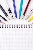 Kugelschreiber und bleistifte auf notebook — Stockfoto