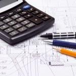 rekenmachine en verschillende pennen — Stockfoto