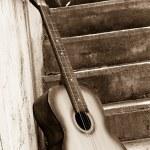 afbeelding van de gitaar in de buurt van stappen — Stockfoto