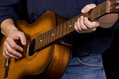Man in jeans playing guitar — Stockfoto