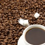 tasse de café et cuillère sur grains torréfiés — Photo