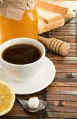 咖啡、 蜂蜜、 柠檬和桌上的面包 — 图库照片