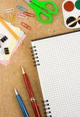 Acessórios de escola e verificado notebook — Foto Stock