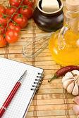 油、 大蒜、 番茄与笔记本上的钢笔 — 图库照片