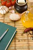 Kniha, česnek a rajčatový s inkoustové pero — Stock fotografie