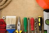 строительные инструменты на фоне древесины — Стоковое фото