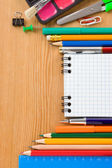 школьные принадлежности и зарегистрированного ноутбука на деревянной текстуры — Стоковое фото