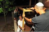 İsrailli aile hazırlar yahudi tatil için sukkoth — Stok fotoğraf