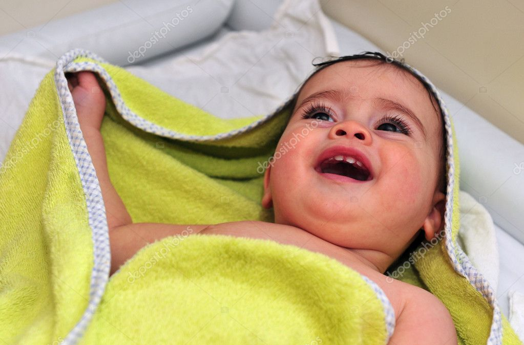 Cute little baby girl wrapped in green towel .  Stok fotoraf #10858551