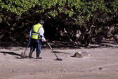 Man Search for Metals with Metal Detector — Stock Photo