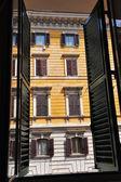 Blick vom fenster einer wohnung in rom, italien — Stockfoto