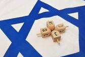 Izraelská vlajka s dřevěnými dreidely — Stock fotografie