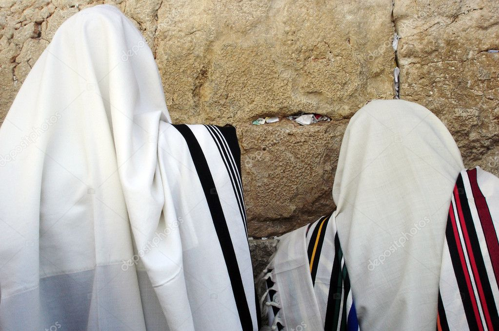 Jewish Men are praying wrapped in talit at the western wall in the old city in Jerusalem, Israel — Foto de Stock   #11116735