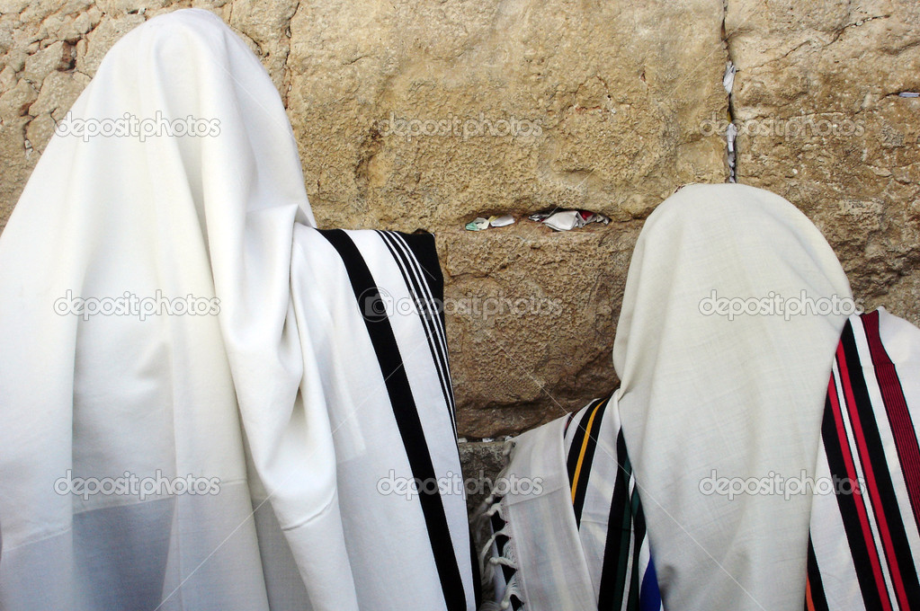 Jewish Men are praying wrapped in talit at the western wall in the old city in Jerusalem, Israel — Foto Stock #11116735
