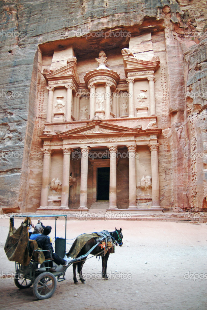 A horse carriage at the Treasury of Petra, Jordan — Stock Photo #11117352