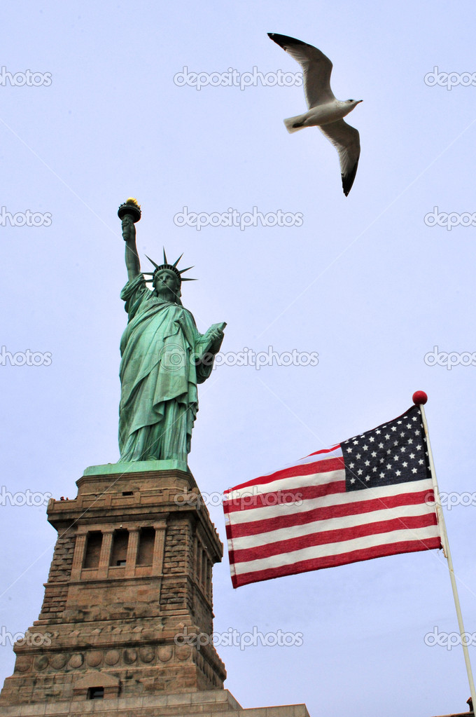 The National American flag and the Statue of liberty Manhattan, New York, USA. — Stock Photo #11486842