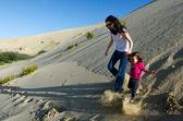 Moeder en kind in de woestijn — Stockfoto