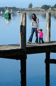 Moeder en kind op een kade — Stockfoto