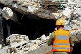 Arama ve kurtarma moloz felaketinden sonra bina boyunca — Stok fotoğraf