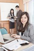 アジアの女性実業家、オフィスに — ストック写真