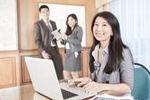 Aziatische zakenvrouw in het kantoor — Stockfoto