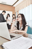Businesswoman working in the office — Stockfoto