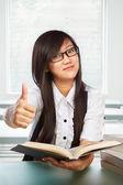 Başparmak ile kız öğrenci — Stok fotoğraf