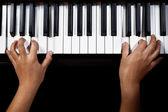 Gry na fortepianie — Zdjęcie stockowe