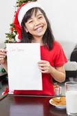 Kleines mädchen ergebnis leeren brief an den weihnachtsmann — Stockfoto