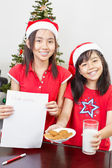 Kids showing blank letter to Santa — Stock Photo