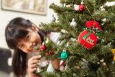 アジアの小さな女の子とクリスマス ツリー — ストック写真