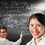 Studentin pose mit Arbeiten auf Hintergrund — Stockfoto