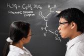 Två collegestudent diskuterar — Stockfoto