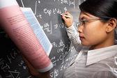 Aluna trabalhando na equação — Fotografia Stock
