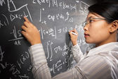 Denklem üzerinde çalışan kız öğrenci — Stok fotoğraf