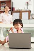 Lilla flickan tittar på laptop — Stockfoto