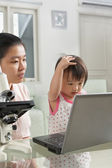 Mother introduce technology to her daughter — Stock Photo