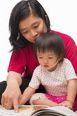 彼女の小さな女の子を教える母親 — ストック写真