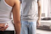 Test de grossesse de l'épouse de masquage — Photo