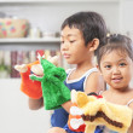 asijské sourozenec hraje maňáska — Stock fotografie