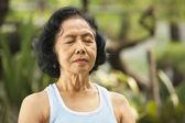 Cerca de senior mujer meditando — Foto de Stock