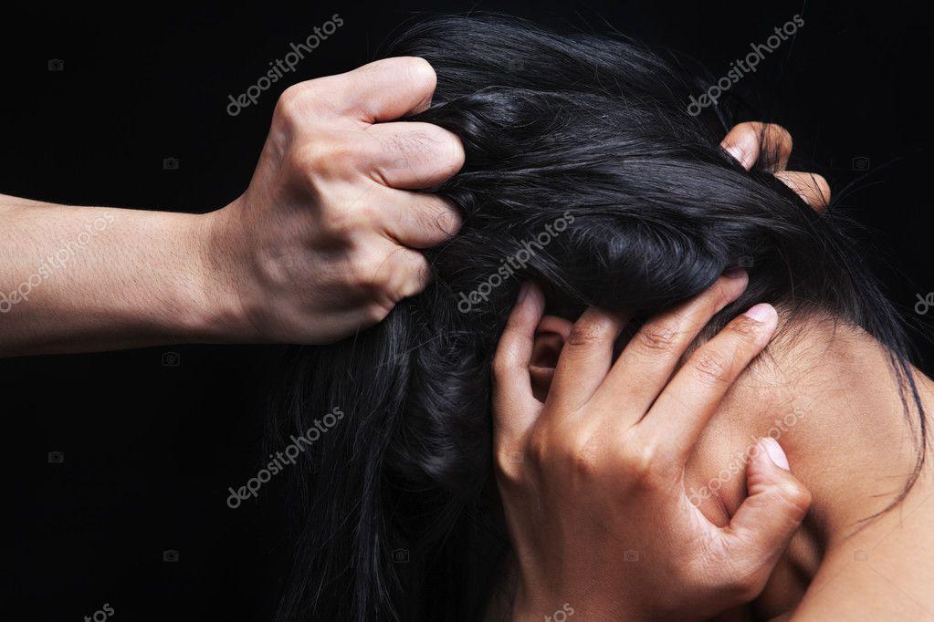 схватила ее за волосы
