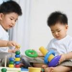 bratři spolu hrají — Stock fotografie