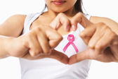 Hart framing op vrouw borst met roze badge ter ondersteuning van borstkanker c — Stockfoto